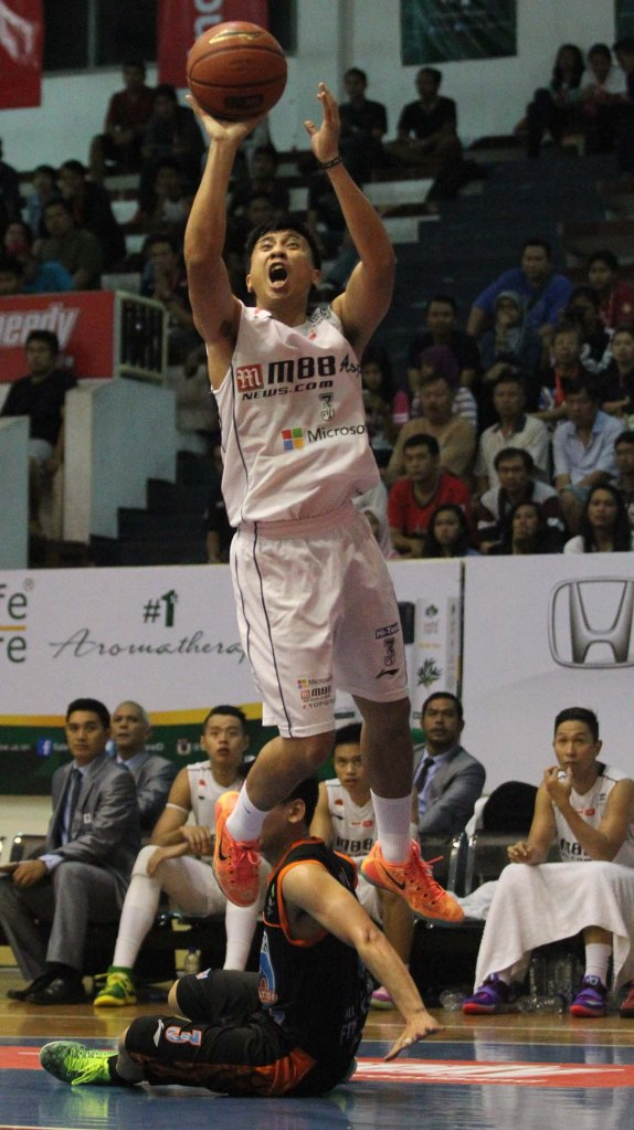 Point guard M88 Aspac Jakarta Mario Gerungan melepaskan tembakan dalam laga melawan Satya Wacana ACA LBC Salatiga, Kamis (15/1)