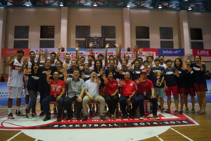 Awarding Juara I Putra (Univ. Esa Unggul) dan Juara I Putri (UPH) Air Mineral Prim-A Jakarta Conference