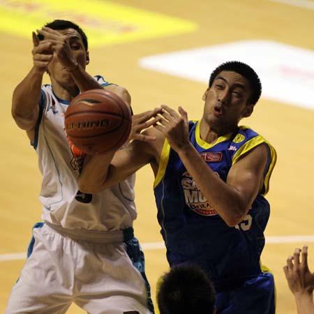 Center Satria Muda BritAma Jakarta Cristian Ronaldo Sitepu dan berebut bola rebound dengan Dian Heryadi dari Pacific Caesar saat bertanding di DBL Arena Surabaya (22/01)