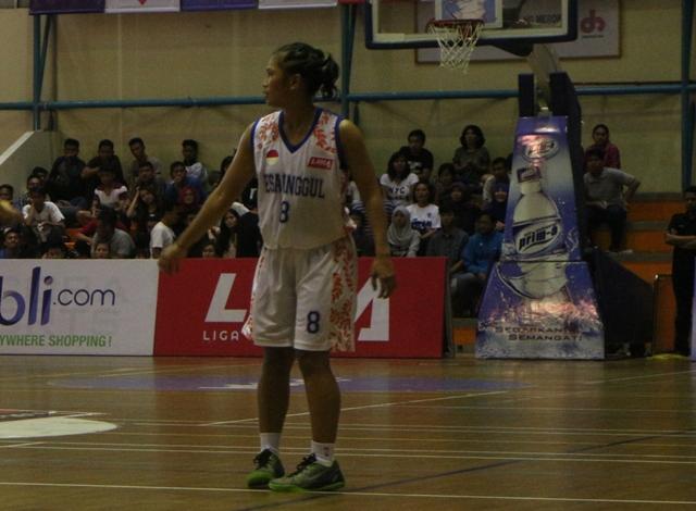 Sari pemain andalan Esa Unggul Putri menggunakan Nike Kobe low di final