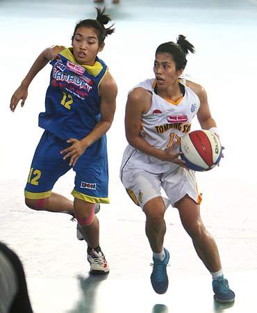 Marina (kanan) saat bermain di WNBL Indonesia (Sumber foto: wnblindonesia.com)