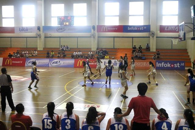 Team Untar VS U Esa Unggul di pertandingan pertama yang dimenangkan oleh Team Esa Unggul
