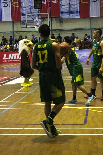 Sandy salah satu pemain perbanas menggunakan Nike Kobe Elite 9 high