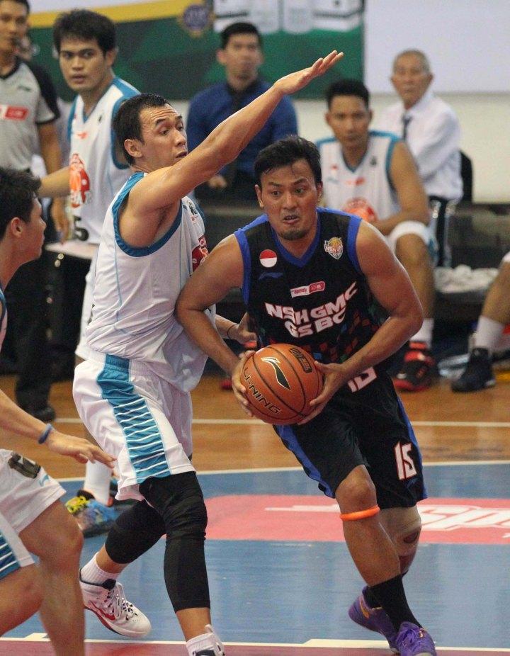 PENYELAMAT: Power forward NSH GMC GSBC Jakarta Juliano Gandhi Sucipto (kanan) menjadi aktor penting kemenangan timnya atas Pacific Caesar Surabaya, Minggu (18/1).