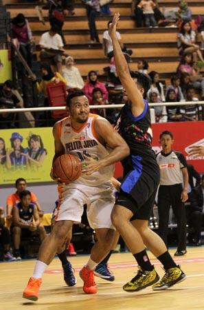 Center Pelita Jaya Energi Mega Persada Adhi Pratama (kiri) membukukan douoble-double dalam laga melawan NSH GMC GSBC Jakarta di DBL Arena Surabaya, Minggu (25/1). (Foto: Farid Fandi/Jawa Pos)