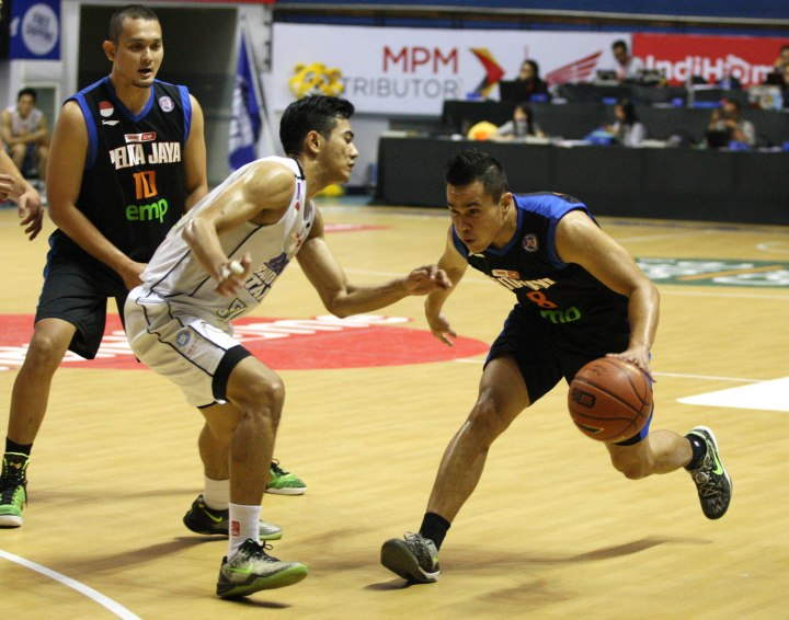 Point guard Pelita Jaya Energi Mega Persada Faisal J. Achmad (kanan) dan Surliyadin (JNE BSC Bandung Utama) dalam laga di DBL Arena, Kamis (22/1)