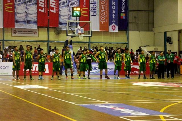 Saputra (Jersey no 13) saat laga final di LIMA basket Seri jakarta