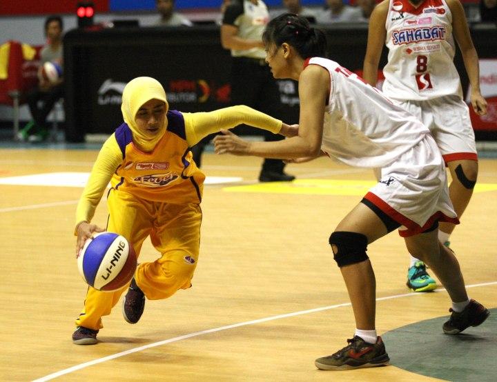 Shooting guard Surabaya Fever Raisa Aribatul Hamidah (kiri) dalam laga melawan Sahabat Wisma Sehati Semarang, Kamis (22/1).