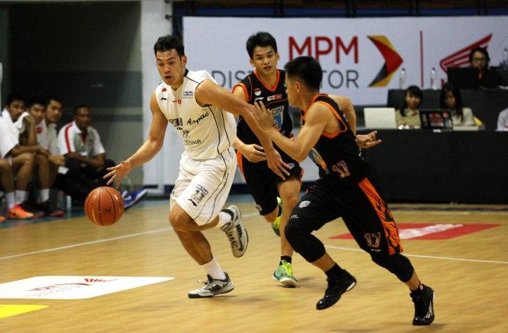 Shooting guard M88 Aspac Jakarta Ebrahim Enguio Lopez (kiri) dalam laga melawan Satya Wacana ACA LBC Salatiga di DBL Arena, Surabaya, Kamis (22/1).