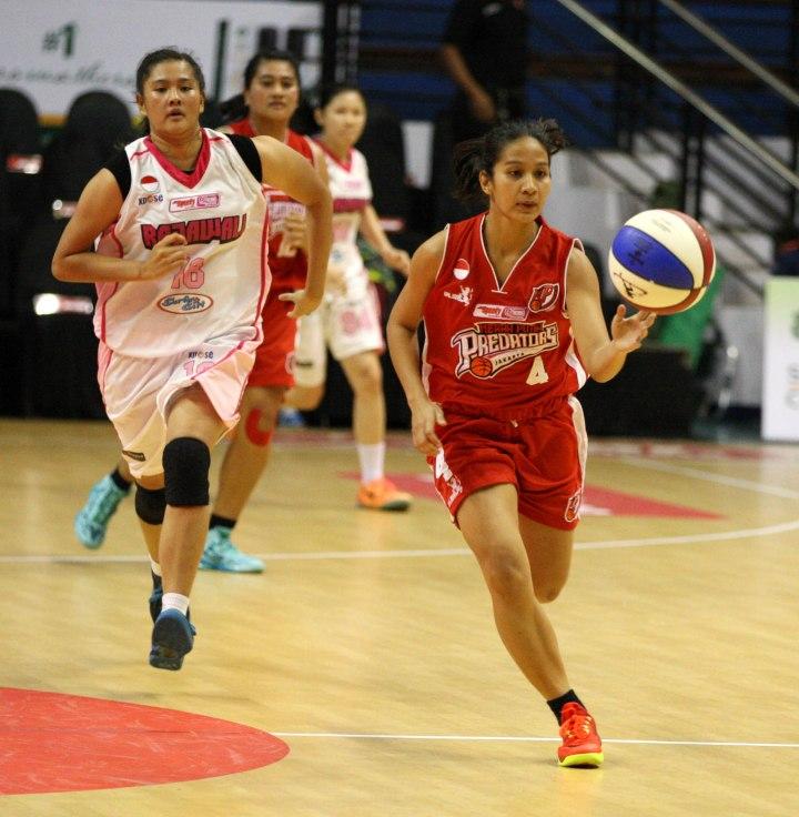 Small forward Merah Putih Predators Jakarta Hanum Fasya (kanan) dan Calista Elvira (Rajawali Bandung) saat berlaga di DBL Arena, Surabaya, Kamis (22/1).