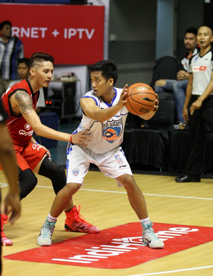 TAMPIL IMPRESIF Shooting guard Satya Wacana ACA LBC Salatiga Respati Ragil Pamungkas (kanan) dan Daniel Timothy Wenas (Garuda Kukar Bandung) dalam laga di DBL Arena, Surabaya, Rabu (211).