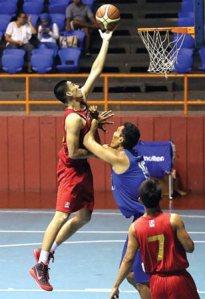 Christian Ronaldo Sitepu (kiri) melakukan layup saat melawan Stadium di Hall Basket Senayan, Jakarta, Selasa (30/12). (Foto: Muhammad Ali/Jawa Pos)