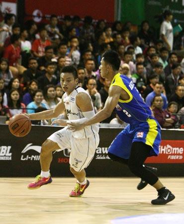 Point guard M88 Aspac Jakarta Andakara Prastawa (kiri) dan Hardianus (Satria Muda BritAma Jakarta) dalam laga di Hi-Test Arena, Batam, Rabu (4/2). (Foto: Hendra Eka/Jawa Pos)