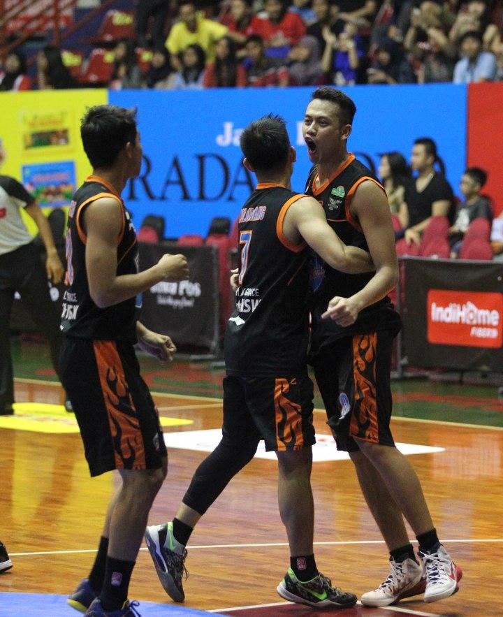 Dari kanan, ekspresi Luthfianes Gunawan, Jerry Lolowang, dan Yurifan Hosen dari Satya Wacana ACA LBC Salatiga saat timnya berhasil mengalahkan Stadium Jakarta di Sritex Arena Solo, Jumat (27/2).