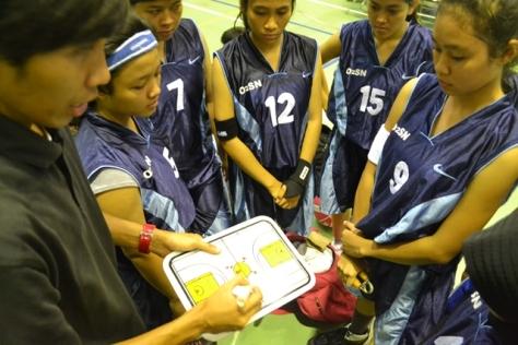 Natadya putri (no 9) menyimak interuksi pelatih sebelum pertandingan