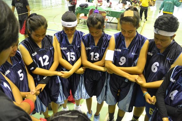 Natadya Putri (no 9) sedang berdoa sebelum pertandingan