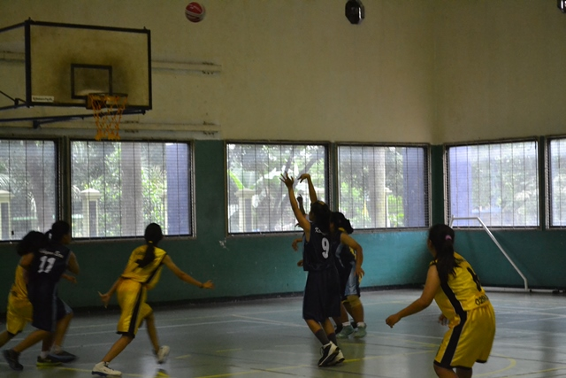 Natadya Putri saat bermain basket