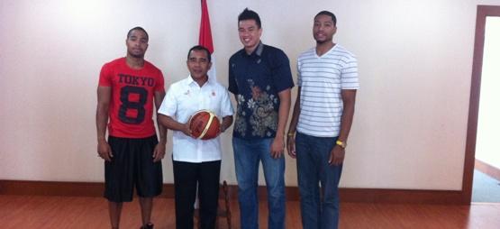 3 ( tiga ) pemain yang di naturalisasi adalah   Samuel Kim Razon, Anthony Wayne Cates Jr, dan Jamarr Andre Johnson