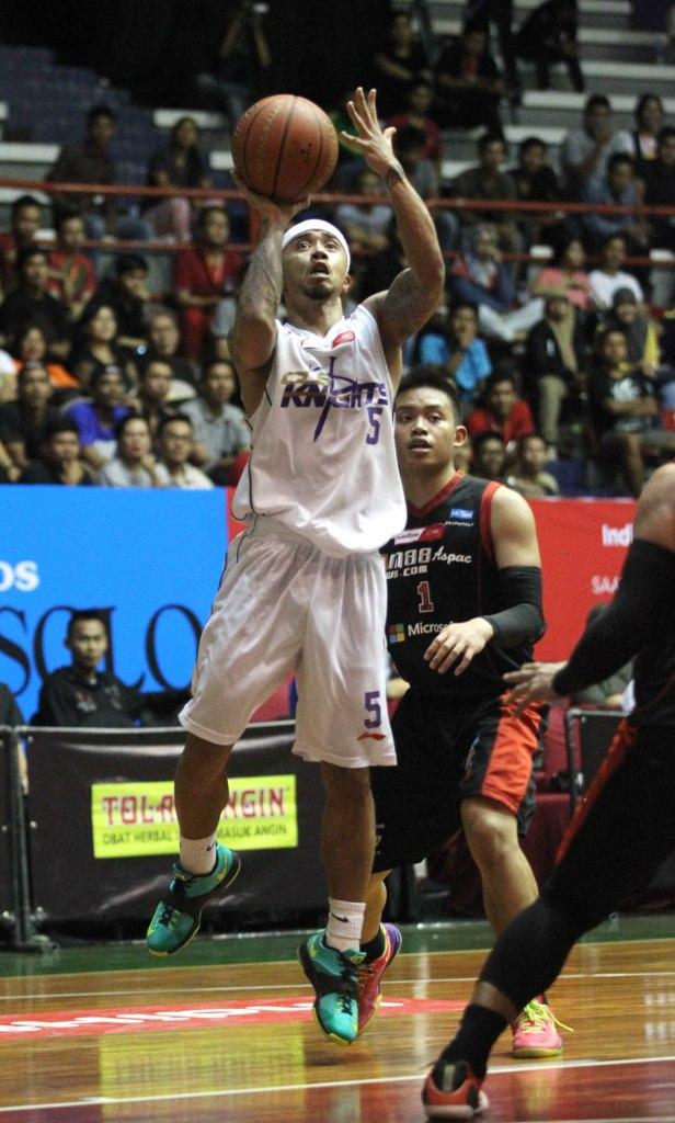 Point guard CLS Knights Surabaya Mario Wuysang mencoba melepaskan tembakan dalam laga melawan M88 Aspac Jakarta di Sritex Arena, Solo, Rabu (25/2).
