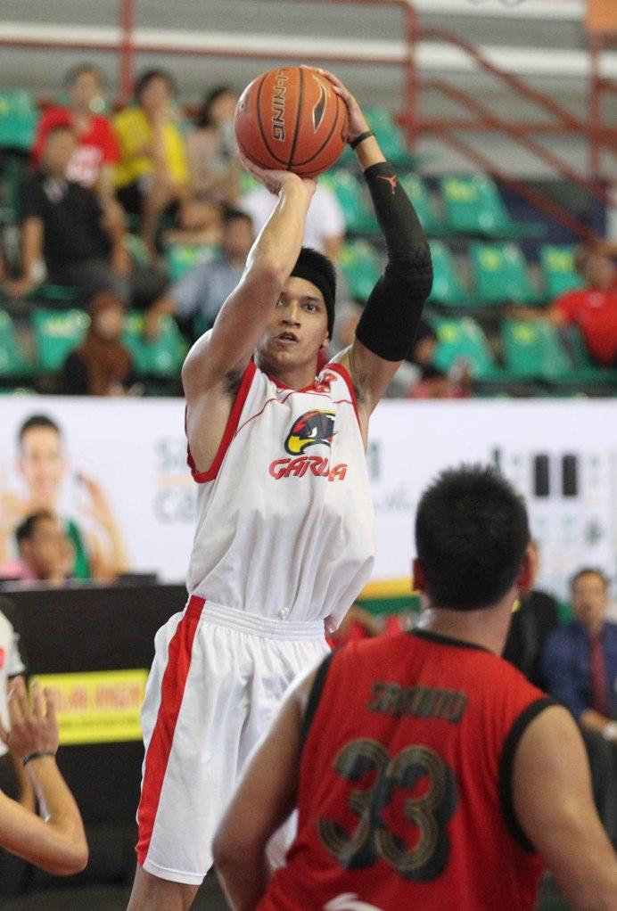 Power forward Garuda Kukar Bandung Galank Gunawan melepaskan tembakan dalam laga melawan Pacific Caesar Surabaya di Sritex Arena, Solo, Kamis (26/2).