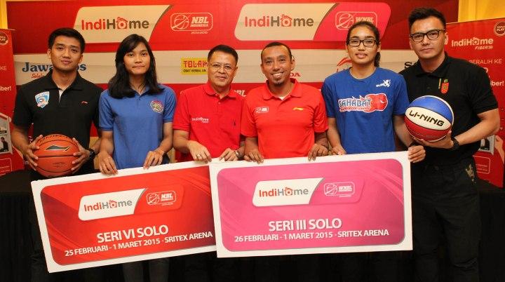 Dari kiri, Respati Ragil Pamungkas (Satya Wacana Salatiga), Lophy Mora Christya (Sritex Dragons), Firmansyah (PT. Telkom Indonesia), Roky Maghbal (PT. DBL Indonesia), Sinta Ayu Ramadhani (Sahabat Semarang), dan Wijaya Saputra (Stadium Jakarta) dalam konferensi pers IndiHome NBL & WNBL Indonesia 2014-2015 Seri Solo yang berlangsung di Executive Lounge Sritex Arena, Solo (24/2/2015)