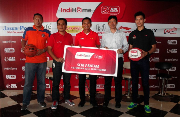 "Dari kiri, Andy ""Batam"" Poedjakesuma (Pelita Jaya), Eka Setiawan (GM Telkom Witel Kepri), Azrul Ananda (Commissioner NBL Indonesia), Suhadi (Owner Hi-Test Arena), dan Suhandy (Hangtuah) saat press conference IndiHome NBL Indonesia 2014-2015 Seri V Batam di De Patros Cafe, Harbour Bay Batam, Selasa (3/2/2015)."
