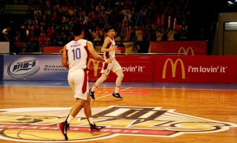 Rivaldo (kanan) menggunakan kostum no. 7 sebagai MVP LIMA National Putra