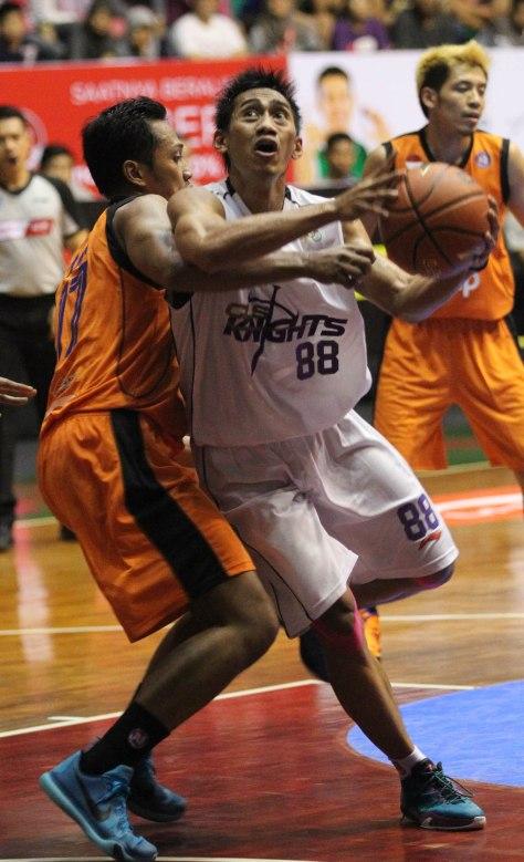 SAPU BERSIH: Shooting guard CLS Knights Surabaya A.A.Ngurah Wisnu Budhidarma (kanan) dihadang Amin Prihantono (Pelita Jaya Energi Mega Persada Jakarta) dalam laga di Sritex Arena, Solo, Sabtu (28/2).