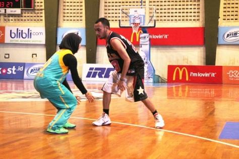Rico Haleluya vs Raisa, Beratraksi menunjukkan skill Streetballnya
