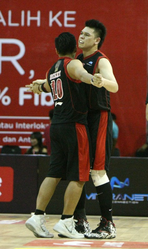 Selebrasi Ferdinand Damanik (kanan) dan Rizky Effendi dari M88 Aspac Jakarta setelah kemenangan dramatis atas Pelita Jaya Energi Mega Persada 62-61 di Hi-Test Arena, Batam, Sabtu (7/2)