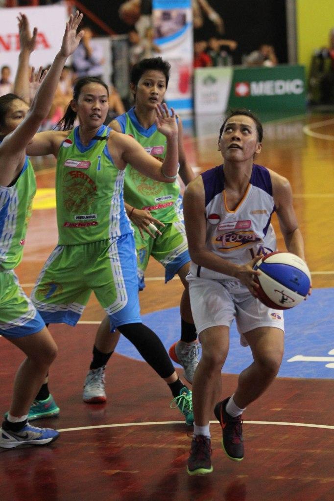 TAMPIL IMPRESIF: Power forward Surabaya Fever Mega Nanda Perdana Putri (kanan) dalam laga melawan tim tuan rumah, Sritex Dragons Solo, Kamis (26/2).