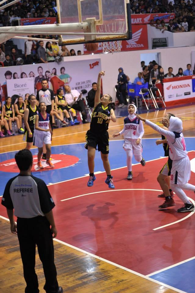 Dietya Yefa saat bermain di DBL Indonesia membela team sekolahnya