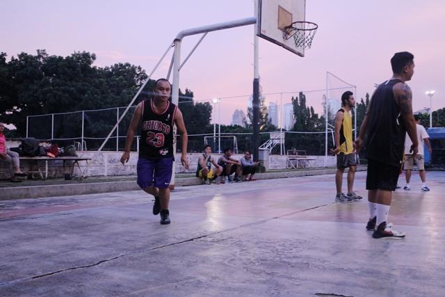 Aksi Asep Suaji A.K.A Justin saat tebar pesona di lapangan Basket