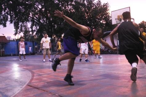 Aksi Asep Suaji dilapangan Basket