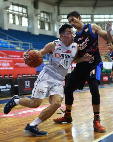 Shooting guard M88 Aspac Jakarta Ebrahim Enguio Lopez (kiri) dijaga Boy Elimar Damanik (NSH GMC GSBC Jakarta) dalam laga di C-Tra Arena, Bandung, Kamis (26/3).