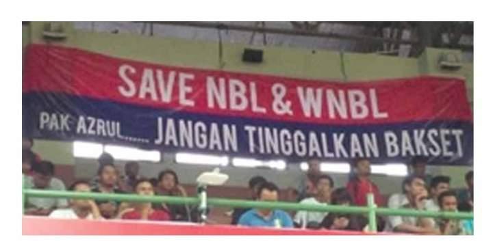 Spanduk yang menyatakan keberatan jika Azrul meninggalkan basket di GOR UNY