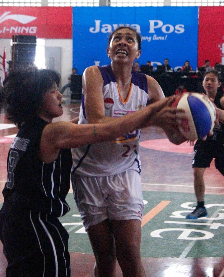 BINTANG LAGA: Center Surabaya Fever Gabriel Sophia (kanan) merusaha melepaskan tembakan dihalangi Mandie Sungkono (Merah Putih Predators) dalam laga di Sritex Arena, Solo, Minggu (1/3). (Foto:WNBL Indonesia)