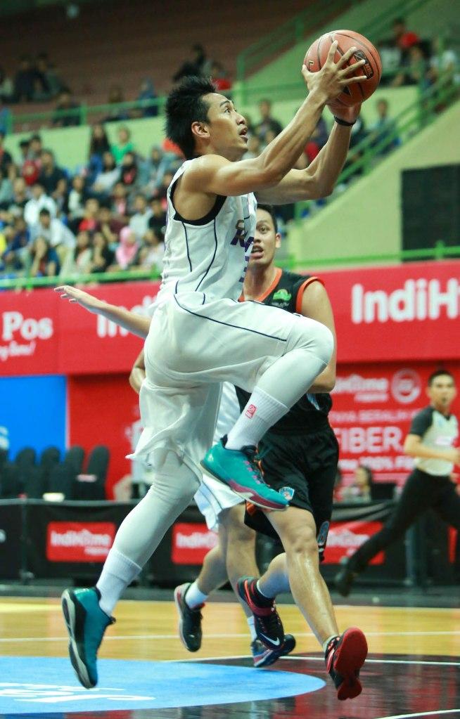 Shooting guard CLS Knights Surabaya A.A. Ngurah Wisnu Budidharma S. dalam laga melawan Satya Wacana ACA LBC Salatiga di GOR UNY, Jogjakarta, Jumat (13/3).