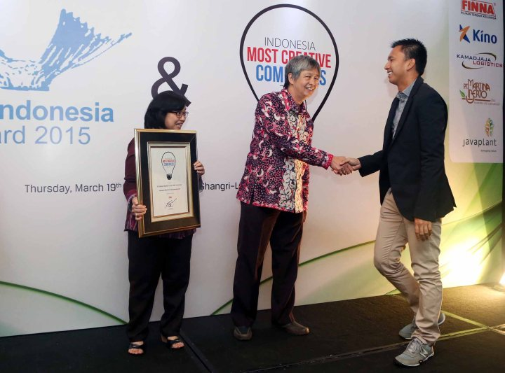 ISTIMEWA: Azrul Ananda bersama perwakilan saat meneriwa award Indonesia Most Creative Companies