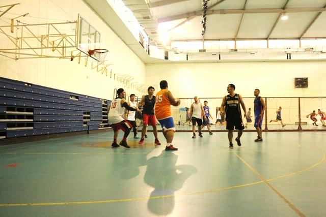 Aksi Gerri (no punggung 10) saat bermain basket di lapangan