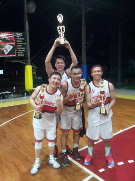 Roy Putranto bersama team saat memenangkan kejuaraan basket