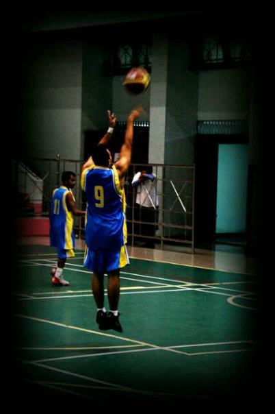 Salah satu aksi Roy Putranto di lapangan Basket