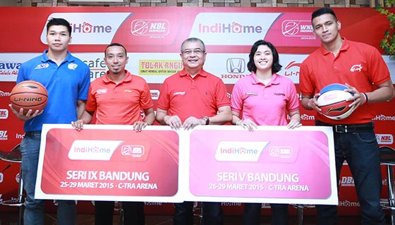 Dari kiri, Luke Martinus (JNE BSC Bandung Utama), Roky Maghbal (PT. DBL Indonesia), Toni Agusman (PT Telkom Indonesia), Atty Juliani Achmad (Rajawali Bandung), dan Galank Gunawan (Garuda Kukar Bandung) dalam konferensi pers IndiHome NBL Indonesia seri IX Bandung dan IndiHome WNBL Indonesia seri V Bandung di The Salis Hotel, Bandung, Selasa (24-03-2015).