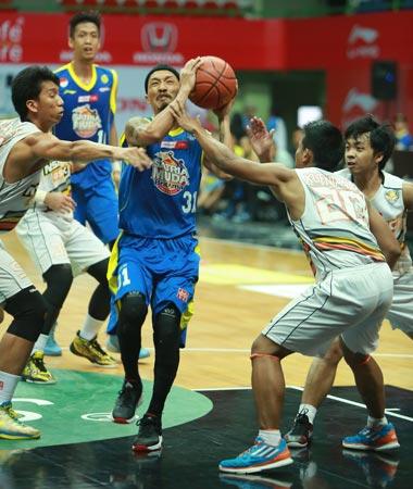 Point guard Satria Muda BritAma Jakarta Erick Christhoper Sebayang (tengah) dalam laga melawan NSH GMC GSBC Jakarta di GOR UNY, Jogjakarta, Kamis (12/3). (Foto: Wahyudin/Jawa Pos)