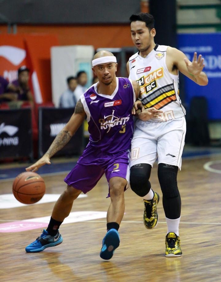 Point guard CLS Knights Surabaya Mario Wuysang (kiri) dan Andi Amirul Amier (NSH GMC GSBC Jakarta) dalam lagai di C-Tra Arena, Bandung, Rabu (25/3).