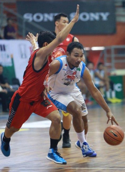 Power forward Bimasakti Nikko Steel Malang Yanuar Dwi Priasmoro (kanan) berupaya melewati hadangan Priyo Semboda dari Pacific Caesar Surabaya dalam laga di C-Tra Arena, Bandung, Rabu (25/3)