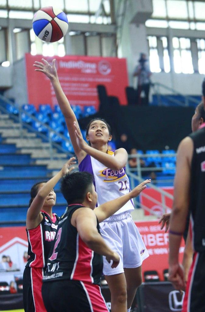 Shooting guard Surabaya Fever Olivia Claudia Hadinata (tengah) saat berlaga melawan Rajawali Bandung di C-Tra Arena, Bandung, Kamis (26/3).