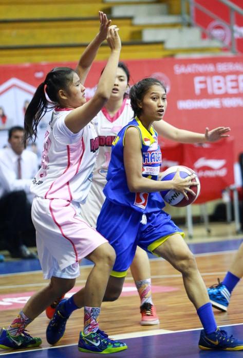 Small forward Sahabat Wisma Sehati Semarang Amin Fatmala (kanan) dijaga Calista Elvira dari Rajawali Bandung dalam laga di C-Tra Arena, Bandung, Sabtu (28/3).