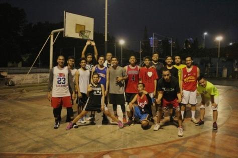 Rico Haleluya bermain dengan komunitas basket Monday Stweetball