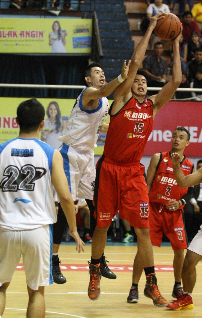 Center M88 Aspac Jakarta Kristian Liem (kanan) berebut bola rebound dengan Freddy dari Bimasakti Nikko Steel Malang dalam laga di DBL Arena, Surabaya, Minggu (12/4).